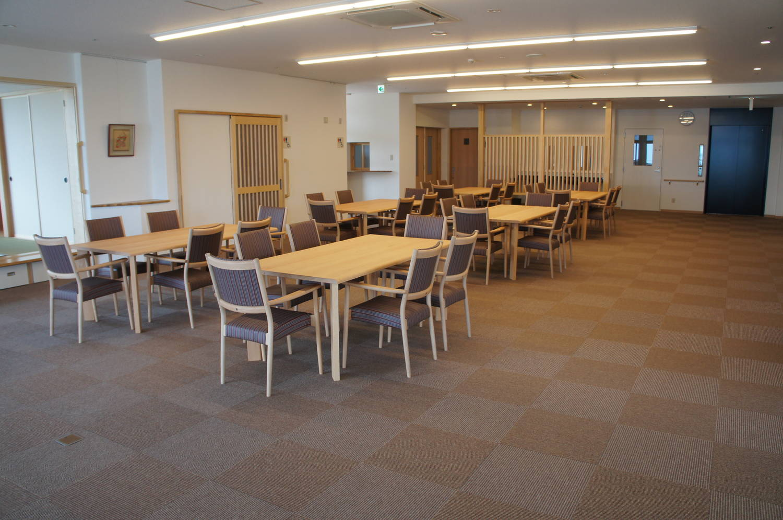 広々としたコミュニティスペースには来訪された方とお話できるよう、多くの席をご用意しております